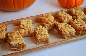 Caramel Apple Crumb Bars // pale yellow