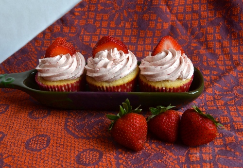 strawberry cupcakes | pale yellow {a vanilla cake with fresh strawberries, a fresh strawberry filling, & strawberry swiss meringue buttercream}