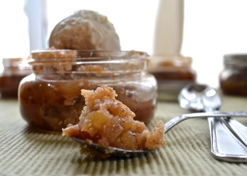 apple pies in a jar | pale yellow {adoarable apple pies in 8 oz jars with a crust on bottom, juicy apples in the middle, and a delicious cinnamon crumb on top!}
