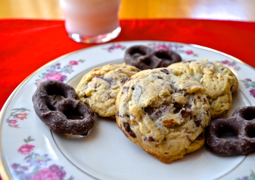 dark chocolate pretzel cookies | pale yellow