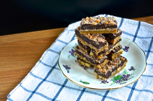 chocolate toffee shortbread bars | pale yellow